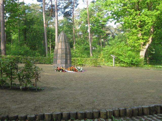 Kaatsheuvel, herdenking bij het vredesmonument in het kader van Adopteer een Monument (foto: Henk Peters)