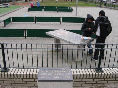 Den Haag, monument bij het wijkcentrum de Wissel (foto: H. van der Meer)