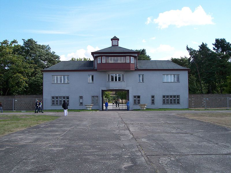 Oranienburg, toegangspoort gedenkplaats Sachsenhausen (foto: Cabologist, Wikipedia)