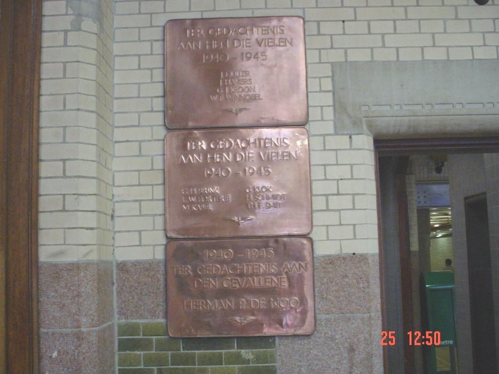 Haarlem, plaquettes in het NS-station