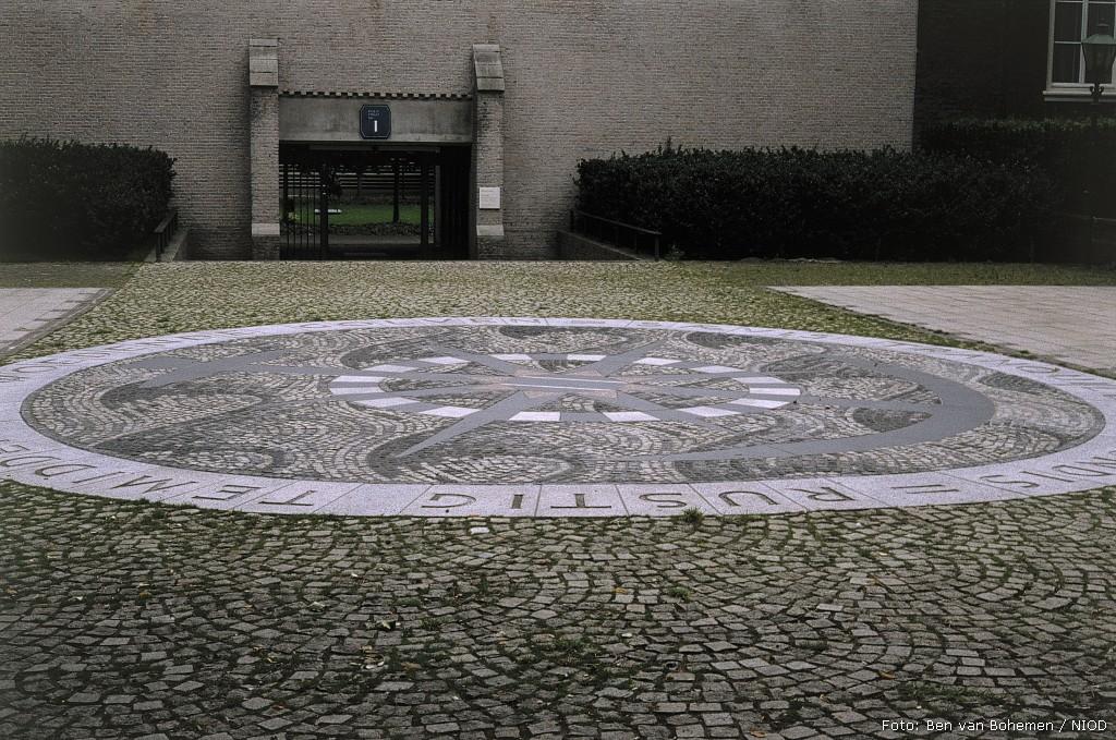 Den Haag, monument in de tuin van de Raad van State