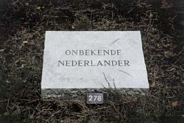 Loenen, Ereveld Loenen - grafsteen Onbekende Nederlander (foto: B. van Bohemen/NIOD)