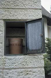 Loenen, Ereveld loenen - urn Natzweiler monument (foto: B. van Bohemen/NIOD)