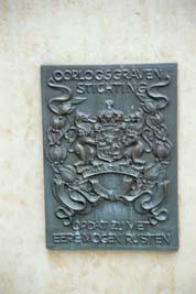 Loenen, Ereveld Loenen - plaquette 'Centraal monument' (foto: B. van Bohemen/NIOD)