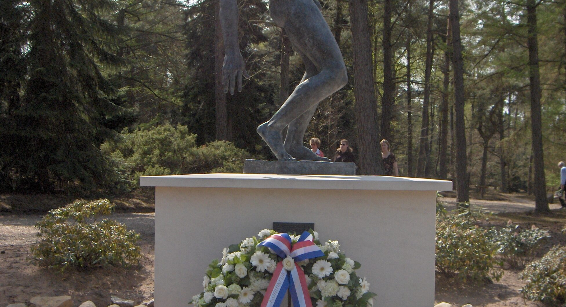 Loenen, Ereveld Loenen - monument 'De Vallende Man' (foto: Nederlandse Oorlogsgravenstichting)