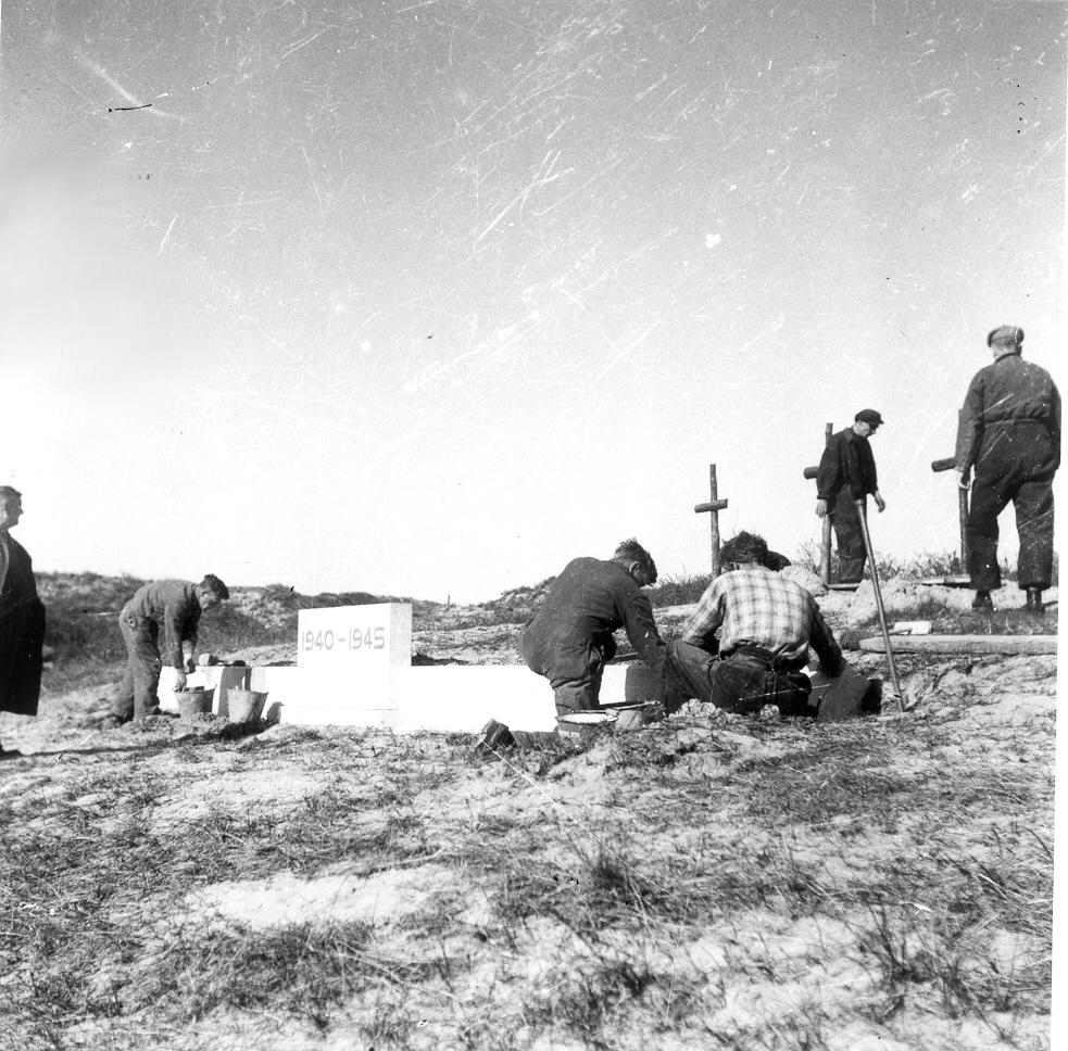 De bouw van het betonnen muurtje in 1949 (bron: Erepeloton Waalsdorp)
