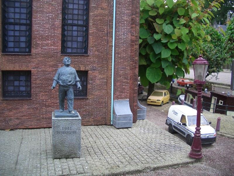 Den Haag, Madurodam - 'De Dokwerker' (foto: Nationaal Comité 4 en 5 mei)