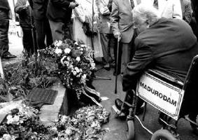 Onthulling van de plaquette, 27 april 1991 (foto: Stichting Vriendenkring van Oud-Dachauer)