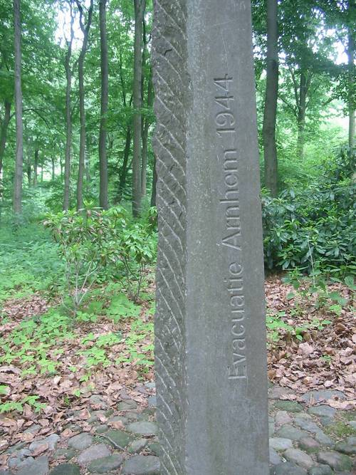 Foto: Arnhem, gedenkmonument (object nr. 15.7 in het Nederlands Openluchtmuseum)