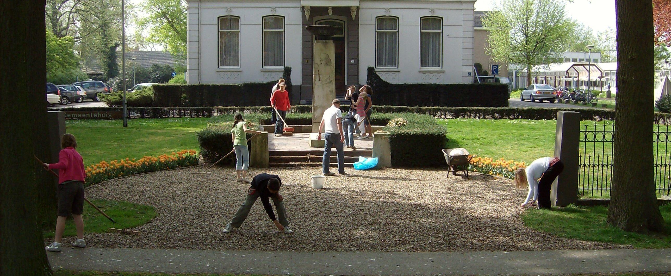 Schoolkinderen dragen zorg voor het monument